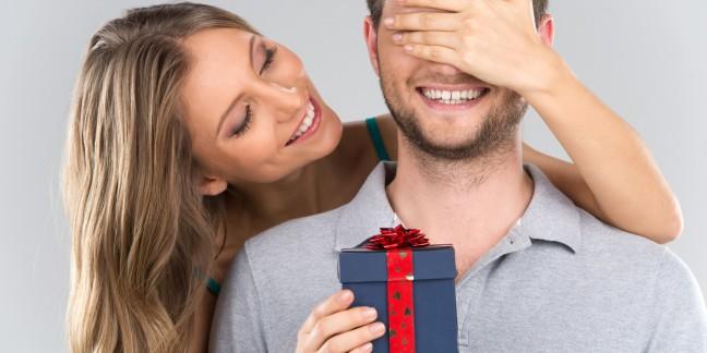 o-WOMAN-GIVING-MAN-PRESENT-facebook
