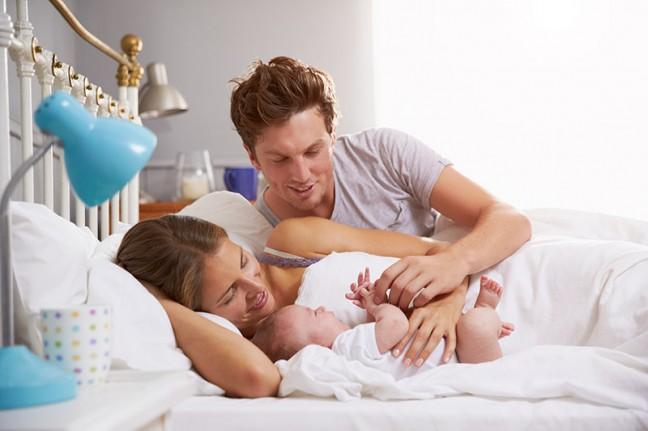 rodzina z noworodkiem