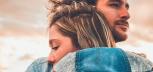 Kobieta i mężczyzna się przytulają
