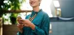 Uśmiechnięta kobieta pisze sms