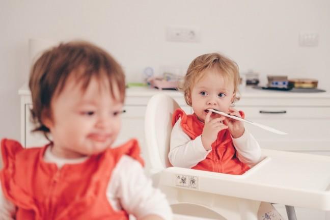 Dwoje dzieci je